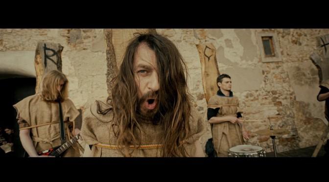У новому кліпі за виконання рок-музики гурт Рокаш засудили до страти